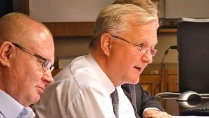 Oikeus- ja työministeri Jari Lindström sekä elinkeinoministeri Olli Rehn tiistain budjettineuvotteluissa.