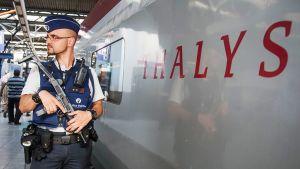 Poliisit partioivat Brysselin rautatieasemalla.