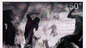 Ihmishahmoja mustavalkoisessa kuvassa.