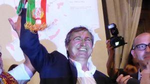 Venetsian vastavalittu pormestari Luigi Brugnaro juhlii vaalivoittoaan tukijoidensa kanssa.