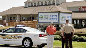 Poliisit seisovat ampumapaikalla.