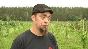 Omenatilallinen Matti Uotila.