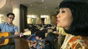 Indonesialaisyhtye esiintyy.