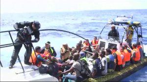 Pakolaisia kumiveneessä
