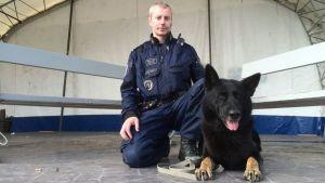 Kajaanin poliisiaseman vanhempi konstaapeli Marko Kohonen ja poliisikoira Niilo