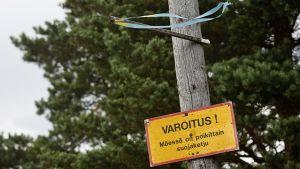 """Herttoniemen mäkikeskus Helsingissä sunnuntaina 30. elokuuta. Kuvassa olevassa kyltissä on varoitus: """"Mäessä on poikittain suojaketju."""""""