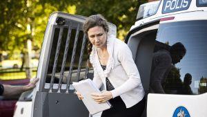 Valokuvassa Anneli Auer on saapumassa Porin käräjäoikeuteen keskiviikkona 21. elokuuta 2013.