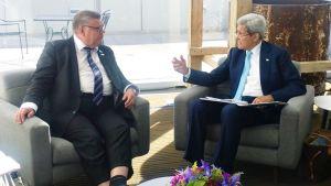 Timo Soini ja John Kerry