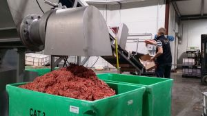 Kuvassa valmistetaan koirien ja kissojen raakaruokaa tehtaassa.