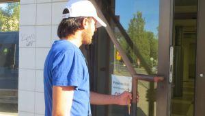 Turvapaikanhakija menossa Kemin vastaaanottokeskukseen.