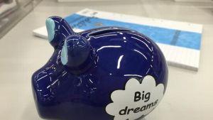sininen säästöpossu.