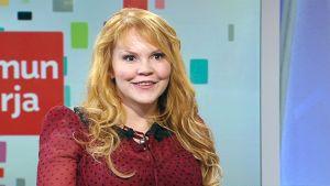 Kirjailija Katja Kettu Ylen Aamu-tv:ssä.