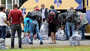 Turvapaikanhakijoita tulossa bussista.
