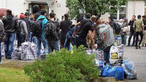 Turvapaikanhakijoita Lammin Mainiemen hätämajoituksen pihalla