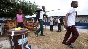 Koulun pihalla on saatavilla puhdistettua kloorattua vettä.