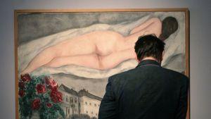 Vierailija tutki Marc Chagallin maalausta moskovalaisessa galleriassa kesäkuussa 2012.