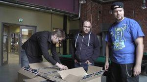 Tietokoneita puretaan laatikoista digitaalisen pelaamisen tapahtumaa varten Jyväskylän Veturitalleilla.