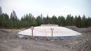Tuulivoimalan perustus on valettu tuulipuistotyömaalla Ilmajoen Santavuorella
