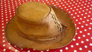 Irwin Goodmanin Espanjan lomamatkalta ostama nahkainen lierihattu