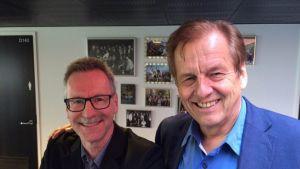 Kaksi miestä Tampereen yliopiston aulassa.
