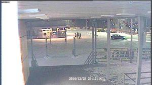 Poliisin kuvassa näkyy kolme nuorta kävelemässä Tesoman liikekeskuksen liikerakennusten välissä tapahtumailtana hieman klo 23 jälkeen. Kulkusuunta on kohti Tesoman Valtatietä.