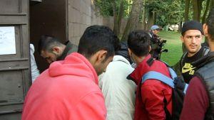 pakolaisia menossa kirkon ovesta sisään