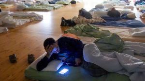 mies salin lattialle tehdyllä vuoteella