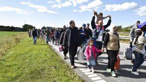 Turvapaikanhakijat kävelivät Tanskan ja Ruotsin välisellä moottoritiellä maanantaina.