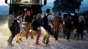 Turvapaikanhakijat ylittävät Kreikan ja Makedonian välisen rajan.