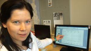 TTY:n tutkija osoittaa tietokoneen ruudulla näkyvää unitutkimustuloksia.