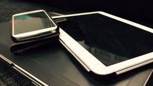 Kannettava tietokone, tabletti ja älypuhelin.