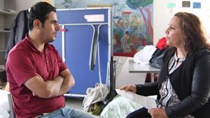 Shanaz Abdulla keskustelee asiakkaan kanssa soraniksi.