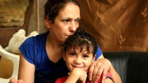 Syyrialainen pakolainen Hanan Bashir tyttärensä Sidran kanssa Beirutissa, Libanonissa 8.9.2015.