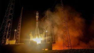 Avaruusraketti nousemassa laukaisualustalta.