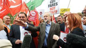 Jeremy Corbyn ihmisten keskellä.