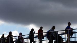 Joukko syyrialaisia turvapaikanhakijoita astui lauttaan Rostockissa matkalla Ruotsiin