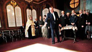 Nikolai Romanov heitti hiekkaa tsaariperheen arkkujen päälle heidän hautajaisissaan Pietarissa 17. heinäkuuta 1998.