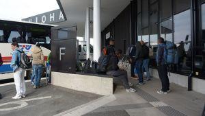 Turvapaikanhakijoita Haaparannan matkakeskuksessa.