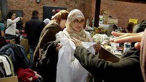 Turvapaikan hakijoille jaetaan vaatteita Ruotsin Malmössä.