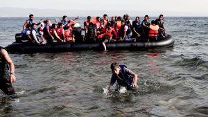 Syyrialaisia saapumassa kumiveneellä Lesboksen saarelle Kreikassa