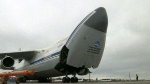 Avautuva lentokoneen etuosa.