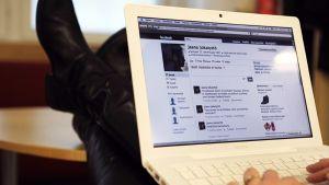 Nuori nainen kirjoittaa facebookiin.
