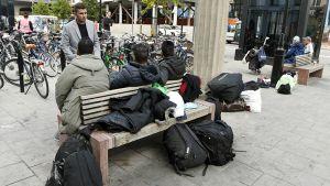 Suomeen matkalla olevat irakilaismiehet odottelevat Luulajaan lähtevää junaa Tukholman keskusrautatieasemalla.