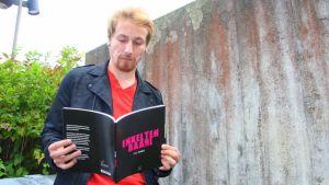 Kalle Tamminen lukee runoteostaan Enkelten baari.