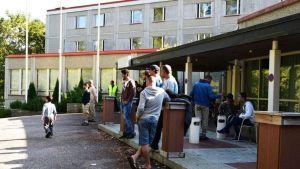 Turvapaikanhakijoita Rantasipi Forssan edessä.