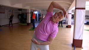Yli 90-vuotias Veikko Saloranta ohjaa joogatuntia.