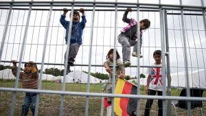 Lapset kiipeilivät pakolaiskeskuksen aidalla Hampurissa, Saksassa 16. syyskuuta.
