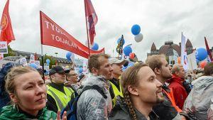 mielenosoittajajoukko banderolli ja ilmapalloja
