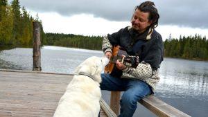 Jooga -ja meditaatio-opettaja Kari Timonen Varpu-koiran kanssa