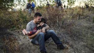 Joukko syyriasta lähteneitä pakolaisia valokuvattuna Turkin ja Bulgarian rajalla 15. syyskuuta.